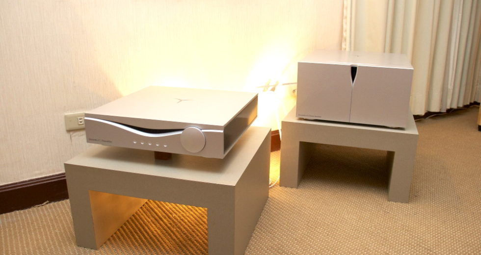 Audia Fight giới thiệu stereo pre ampli Audia Flight Strumento n°1 MK2